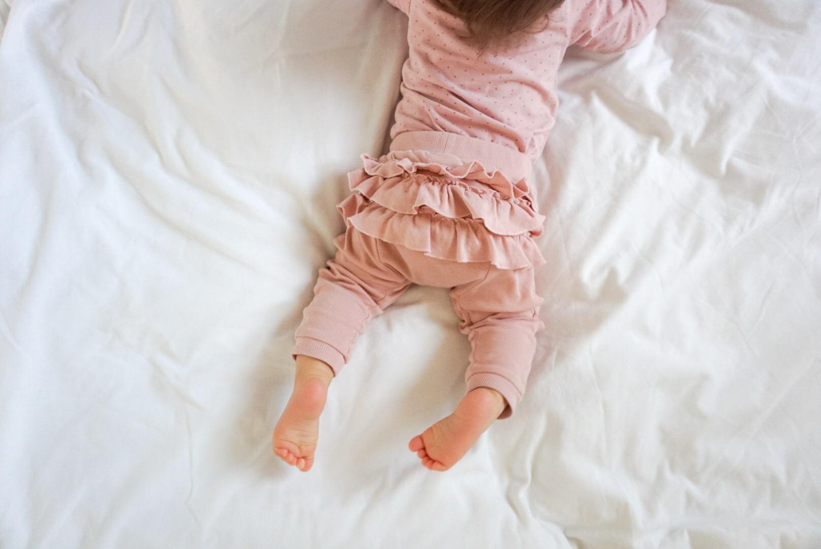 barn sätter sig upp i sömnen